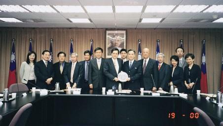 陳副主委明通(左七)接見香港臺灣工商協會「臺北經貿訪問團」